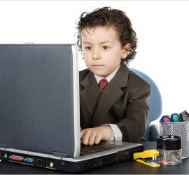 ребенок за компютеро м